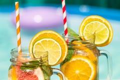 Lemonad med den nya apelsinen och grapefrukten i den blåa pölen tropisk coctail Idyllisk sommarferie Royaltyfri Foto