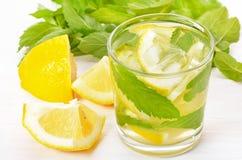 Lemonad med den nya citronen och mintkaramellen arkivfoton