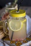 Lemonad med den nya citronen på träbakgrund arkivfoto