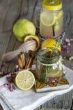 Lemonad med den nya citronen på träbakgrund arkivfoton