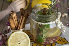 Lemonad med den nya citronen på träbakgrund royaltyfri fotografi