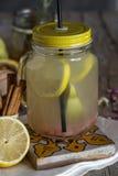 Lemonad med den nya citronen på träbakgrund royaltyfri foto