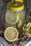 Lemonad med den nya citronen på träbakgrund fotografering för bildbyråer