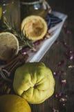 Lemonad med den nya citronen på träbakgrund arkivbild