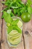 Lemonad med den nya gurkan, limefrukt och mintkaramellen royaltyfri fotografi