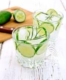 Lemonad med glas för gurka och för rosmarin itu på den vita boaen arkivfoto