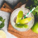 Lemonad med limefrukt i exponeringsglas royaltyfri bild