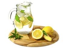 Lemonad med mintkaramellen och ingefäran med is på en vit bakgrund royaltyfri fotografi