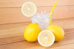 Lemonad med ny citronis på träbakgrund arkivfoton