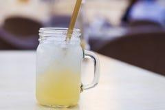Lemonad med sugrör royaltyfri fotografi