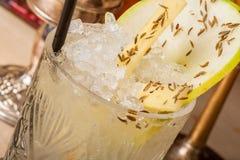 Lemonad som dekoreras med skivor av päronet arkivbilder