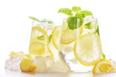 Lemonaddrink i ett exponeringsglas Arkivbild