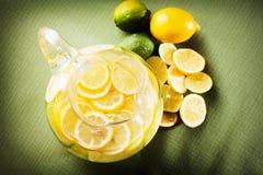 Lemonade med citroner och limefrukter fotografering för bildbyråer
