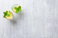 Lemonadexponeringsglas arkivfoton
