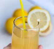 Lemonadexponeringsglas indikerar den tropisk drycken som är uppfriskande och Royaltyfri Fotografi