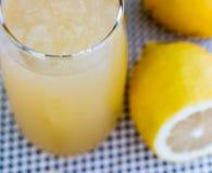 Lemonadexponeringsglas visar den organiska citruns och Homem Arkivbild