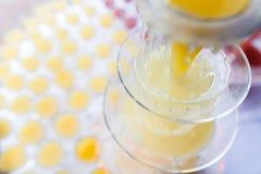 Lemonadspringbrunn med många exponeringsglas fotografering för bildbyråer