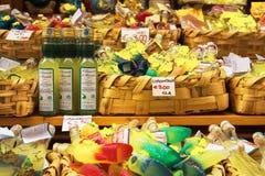 Lemoncello in varie forme vendute nel mercato a Amalfi Italia immagini stock