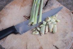 Lemongras und Messer Stockfotografie