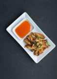 Τσιγαρισμένα φτερά κοτόπουλου με lemongrass, ταϊλανδικά FO Στοκ Φωτογραφία