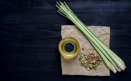 Lemongrass olej na Czarnym Drewnianym stole Obraz Stock