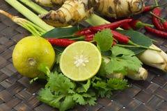 Lemongrass, wapno liście, chili, cytryna, Świezi ziele i pikantność azjatykci składniki karmowi na drewnianym tle, fotografia stock
