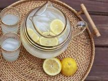 Lemoniada i szkła na stole Obraz Stock