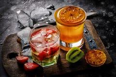 Lemoniada robić piec na grillu pomarańczowa owoc i tropikalny sangria z białym winem, truskawkami i kiwi owoc z lodem, Zdjęcia Stock