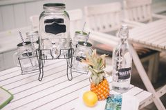 Lemoniada z bonkrety lemoniadą W pobliżu jest wystrój z butelką, cytryną i ananasem, obrazy stock