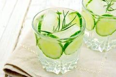 Lemoniada z ogórkiem i rozmarynami w dwa glassful na beżowej drzemce obrazy stock
