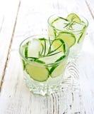 Lemoniada z ogórkiem i rozmarynami w dwa glassful na lekkim boa zdjęcie royalty free