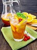 Lemoniada z wiśniami w glassful i dzbankiem na pokładzie zdjęcie stock