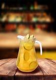 Lemoniady cytryny prętowego karczemnego żółtego napoju drewniany stół Fotografia Stock