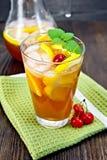 Lemoniady pomarańcze w glassful na zmroku i wiśnia wsiadamy obrazy stock