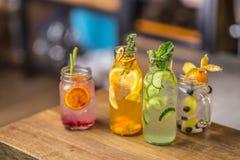 lemoniady Lemoniady z świeżą tropikalną owoc i ogórkiem na b Fotografia Royalty Free