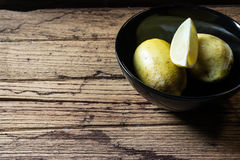 Lemons in  black bowl Royalty Free Stock Photography