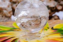 Lemurian Rozjaśnia Kwarcowej sfery krystalicznego magicznego okrąg po środku okręgu robić kolorowi piórka fotografia stock