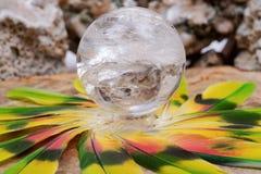 Lemurian Rozjaśnia Kwarcowej sfery krystalicznego magicznego okrąg po środku okręgu robić kolorowi piórka obrazy royalty free