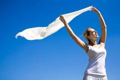 Lenço da terra arrendada da mulher no vento Fotografia de Stock