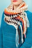 Lenço de lã Lenço de lã bege em torno de seu pescoço isolado no fundo azul Foto de Stock Royalty Free