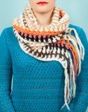 Lenço de lã Lenço de lã bege em torno de seu pescoço isolado no fundo azul Imagem de Stock