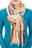 Lenço de lã Lenço de lã bege em torno de seu pescoço isolado no fundo branco Fotos de Stock