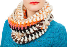 Lenço de lã Lenço de lã bege em torno de seu pescoço isolado no fundo branco Foto de Stock