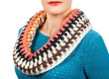 Lenço de lã Lenço de lã bege em torno de seu pescoço isolado no fundo branco Fotografia de Stock