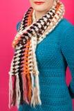 Lenço de lã Lenço de lã bege em torno de seu pescoço isolado no fundo cor-de-rosa Fotografia de Stock