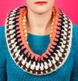 Lenço de lã Lenço de lã bege em torno de seu pescoço isolado no fundo cor-de-rosa Imagem de Stock Royalty Free