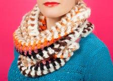 Lenço de lã Lenço de lã bege em torno de seu pescoço isolado no fundo cor-de-rosa Fotos de Stock