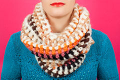 Lenço de lã Lenço de lã bege em torno de seu pescoço isolado no fundo cor-de-rosa Imagem de Stock