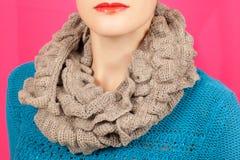Lenço de lã Lenço de lã bege em torno de seu pescoço isolado no fundo cor-de-rosa Foto de Stock