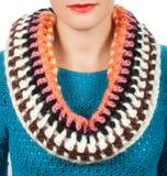 Lenço de lã Lenço de lã bege em torno de seu pescoço no fundo branco Foto de Stock Royalty Free